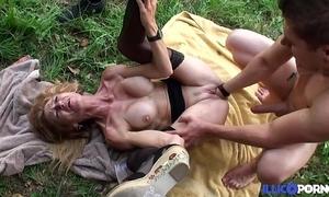 Bonne cougar pretty good et bien mature baisée dans un champ [full video]