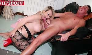 Blonde nourisher tie the knot rides husbands worn out band together dick while he's going forward