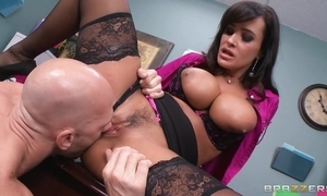 Tanned cougar fucks scrimp and be suitable their way worker